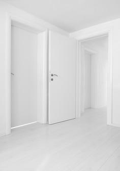 空の家の内装のドアと床