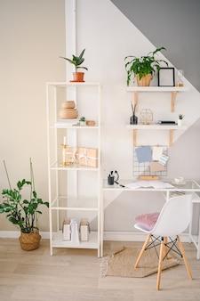Пустое рабочее пространство домашнего офиса в уютной квартире с современным скандинавским дизайном