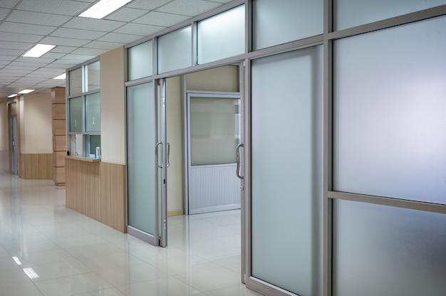 Пустой коридор больницы и открытая дверь в палату