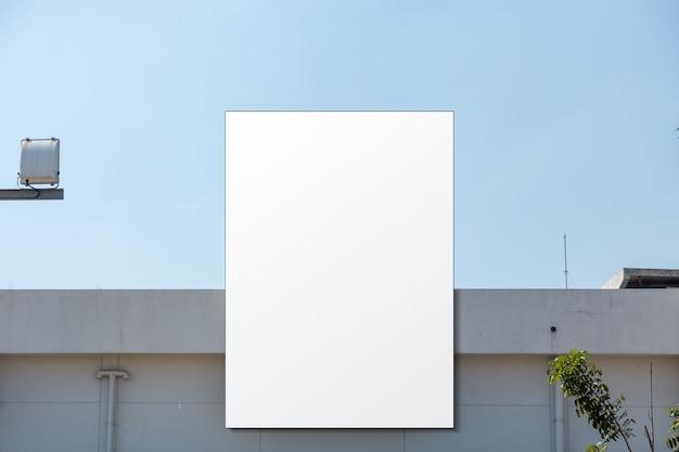 モールの屋根の上の空の巨大なポスターのモックアップ