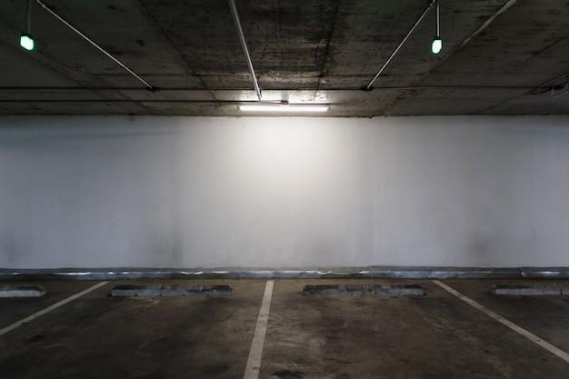 空の照明付き駐車場