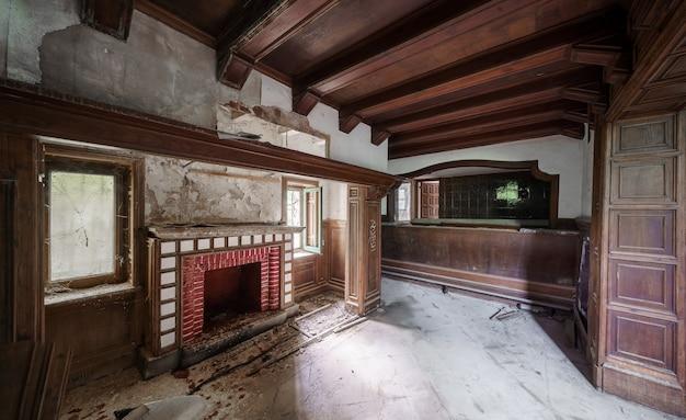 버려진 당당한 저택의 빈 내부