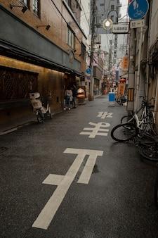 昼間の雨上がりの空のジャパンストリート