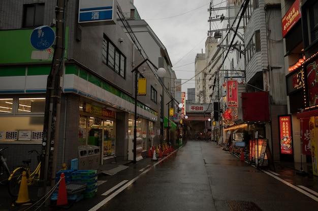 夜間の雨上がりの空のジャパンストリート