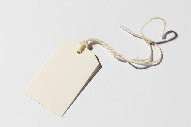 Расположение пустой этикетки на белом фоне