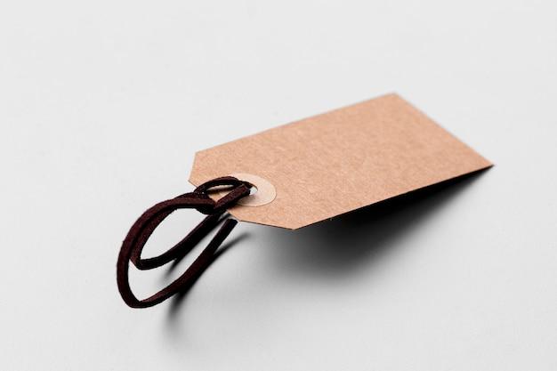 Assortimento di etichette vuote su sfondo bianco