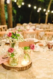 결혼식 피로연의 우아한 테이블에 자유 텍스트를 포함하는 빈 레이블.