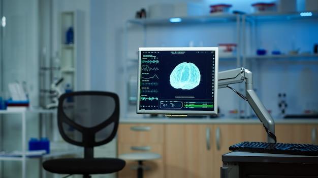 Пустая современная лаборатория, в которой никого нет, подготовленная для неврологических инноваций с использованием высоких технологий и инструментов микробиологии для научных исследований. медицинская клиника для исследования функций мозга Premium Фотографии