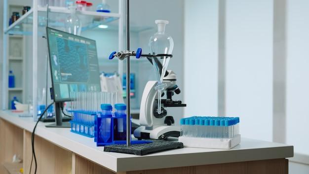 현대적으로 아무도 없는 빈 실험실은 과학 연구를 위한 첨단 기술 및 미생물학 도구를 사용하여 제약 혁신을 위해 준비되었습니다. covid19 바이러스에 대한 백신 개발.