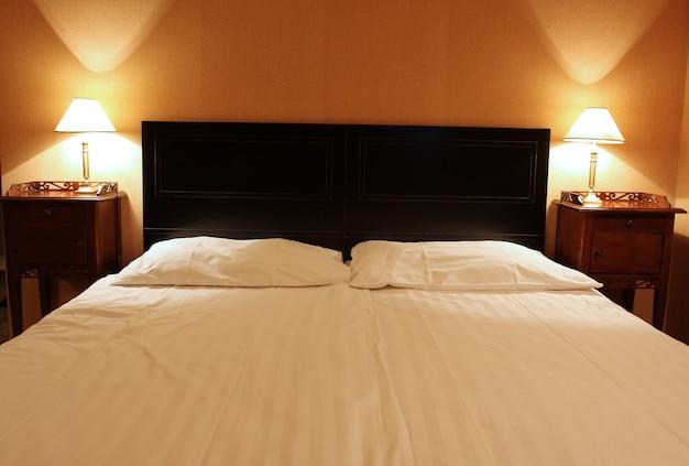머리에 램프가 있는 2인용 빈 대형 침대