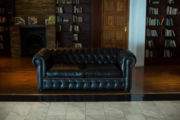 Пустой кожаный диван