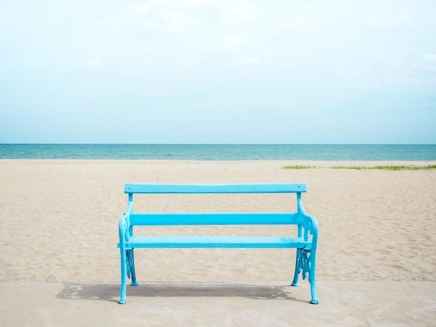 바다, 바다와 푸른 하늘에 해변에 빈 밝은 파란색 나무 벤치