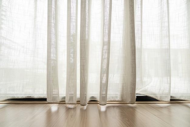 Пустые световые фильтрующие шторы для с копией пространства
