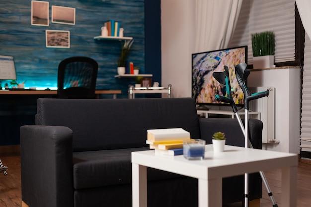 ソファとモダンなテレビで飾られた空のリビングルーム