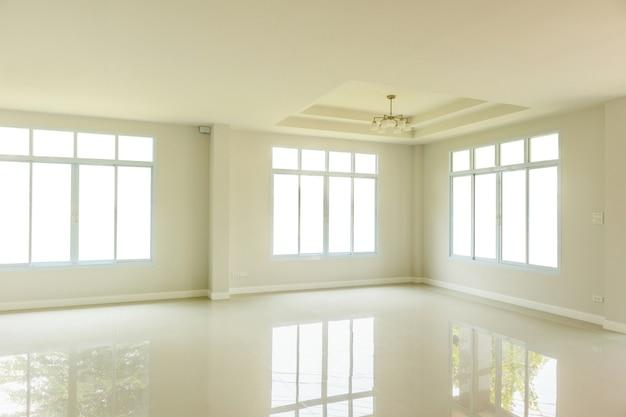 Интерьер пустой гостиной с изолированной оконной рамой
