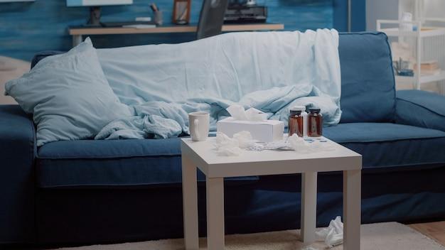 테이블에 의료 치료가 있는 빈 거실