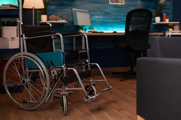 車椅子とウォーキングツールのある空のリビングルーム