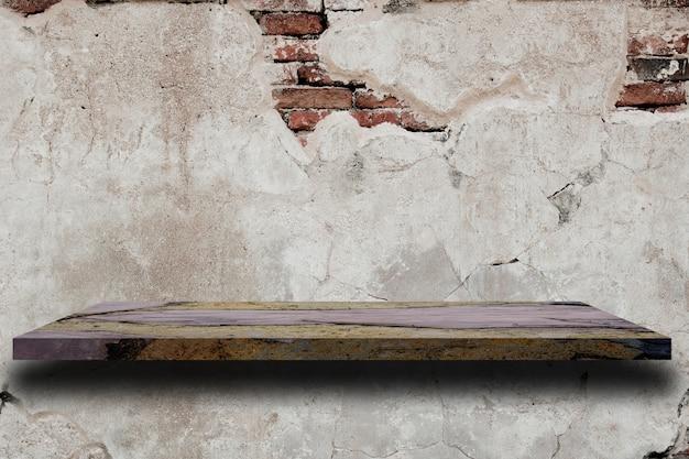 오래 된 흰색 시멘트 벽 텍스쳐에 빈 대리석 선반.