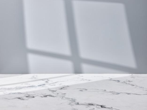 창 조명이 있는 빈 대리석 테이블 상판