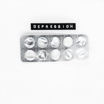 Пустые пузырь медицины с депрессия метки, изолированных на белом фоне