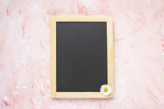 빈 메시지 블랙 보드와 신선한 봄 꽃