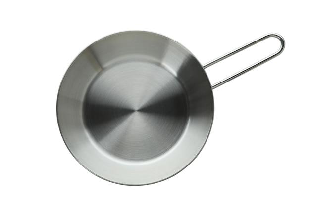 Пустая металлическая сковорода, изолированные на белом фоне
