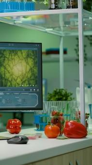 Пустая микробиологическая лаборатория, в которой никого не было, подготовленная для проведения химического эксперимента по днк. лаборатория биохимии, оснащенная высокотехнологичными инструментами для фармацевтических продуктов питания, биологии гмо, медицинских исследований.