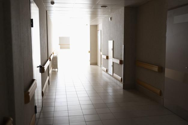 明るい光の背景を持つ病院の空のモダンな廊下