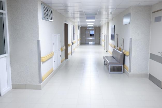 座っているソファと空の近代的な病院の廊下