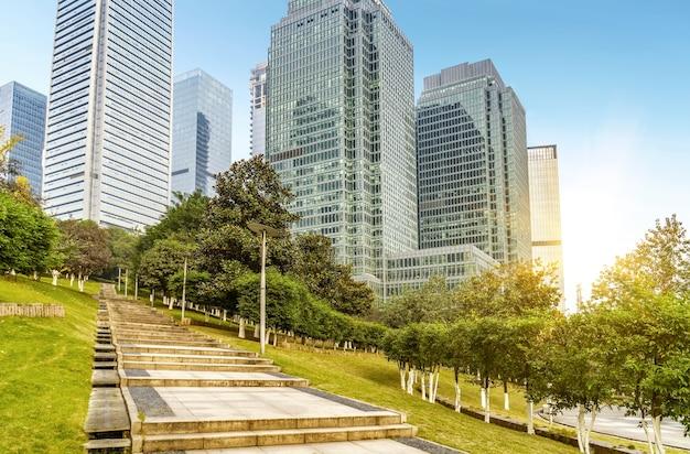 空の、現代的な広場と太陽光の下の高層ビル