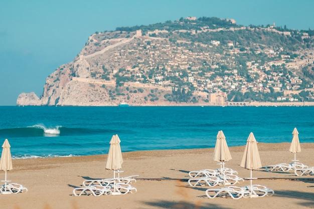 Пустой утренний пляж, прекрасный вид на море и горы. концепция отпуска.