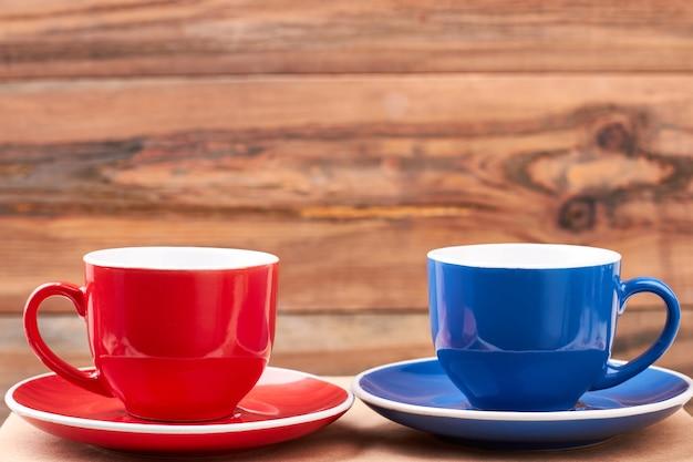 受け皿の空のマグカップ。木製の背景にカップ。休憩してください。