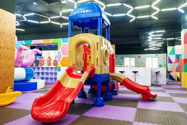 Пустые разноцветные горки в детском развлекательном центре