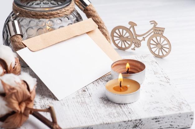 空のメモとぼろぼろのシックな木製のクラフト封筒