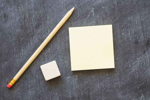 Пустая ручка и ластик на доске