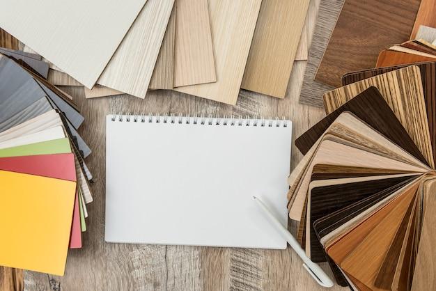 디자인에 대 한 바닥 나무 색상 카탈로그와 빈 노트북 시트. 샘플러로 라미네이트 수집
