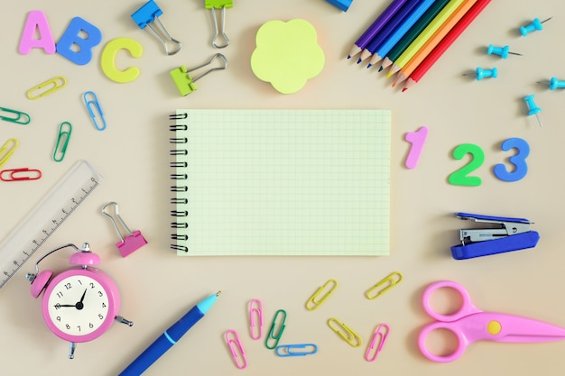 다양 한 색연필가 위, 클립 빈 노트북.