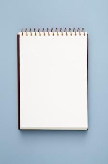 青色の背景の空のメモ帳