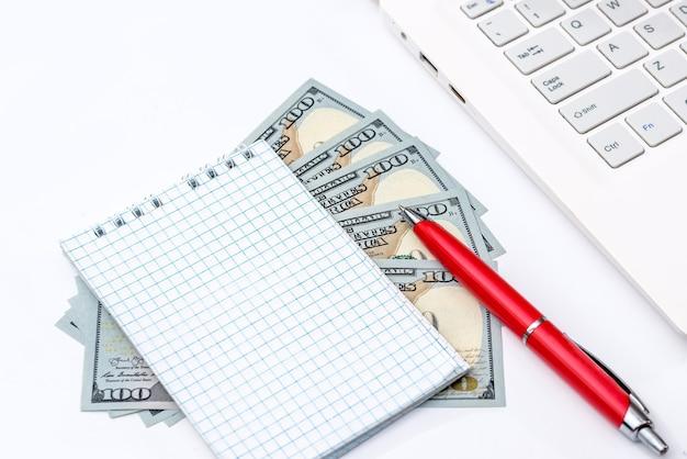 ペンでドル紙幣の空のメモ帳