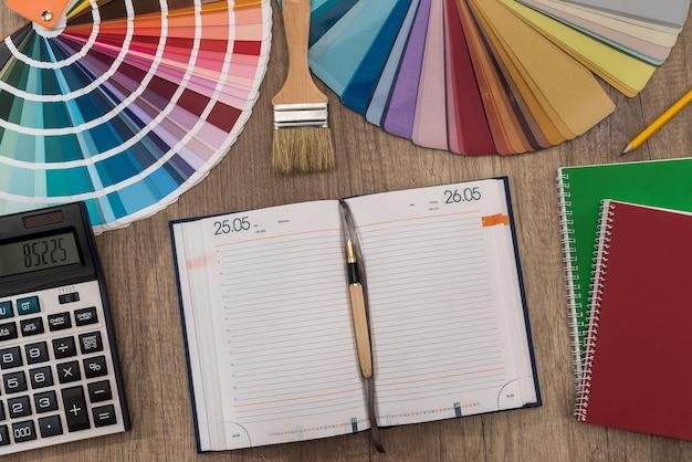 Пустой блокнот с цветовой палитрой и инструментом для рисования