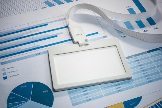 Пустой белый удостоверение личности на графике делового бумажного документа