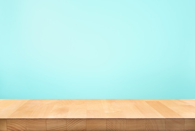 블루 파스텔 컬러 배경에 나무 테이블 탑의 빈.