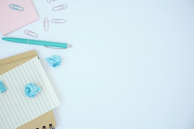 빈 사무실, 텍스트에 대 한 장소를 가진 블로거 책상, 밝은 갈색 배경 복사 공간, 안경, 사무 용품, 스타일 stock photography.