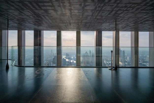 都市のダウンタウンの空のオフィスインテリアの背景