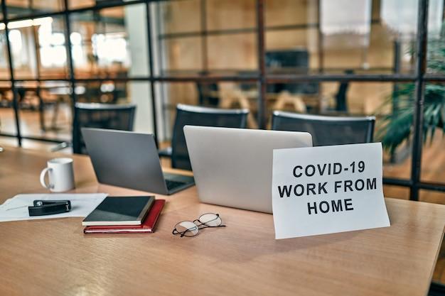 Освободите офисное пространство, пока офицер работает из дома, чтобы избежать коронавируса.