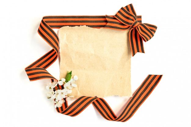 Stで空の古い紙のカード。ジョージリボン弓と白い背景で隔離の花。
