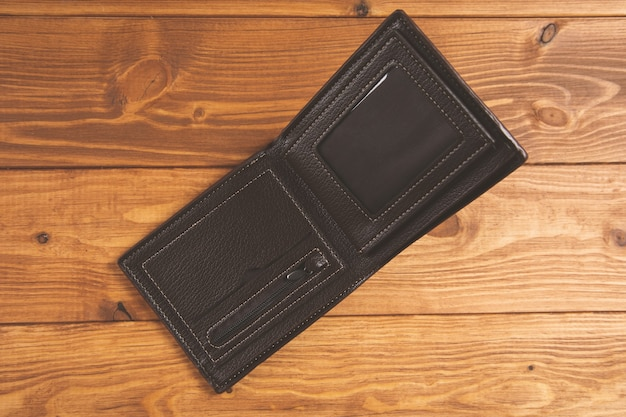 Пустой кошелек из открытой кожи на столе