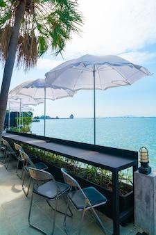 Пустой открытый бар и стул с морским фоном