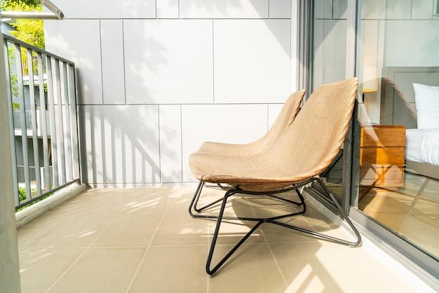발코니에 빈 야외 파티오 의자