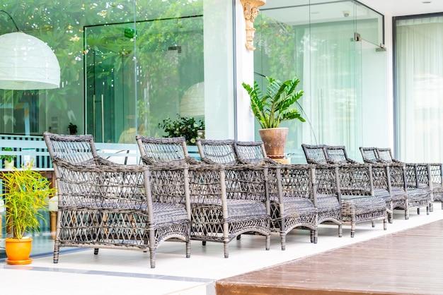 빈 옥외 안뜰 의자